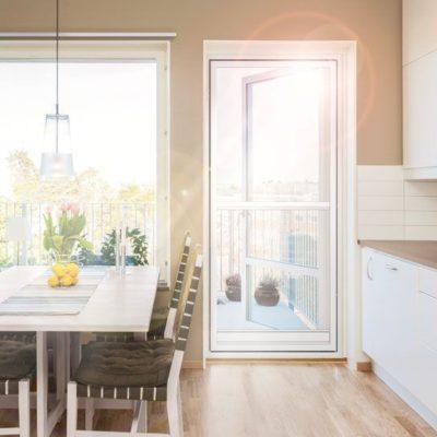 Tür mit Insektenschutz in einer Küche