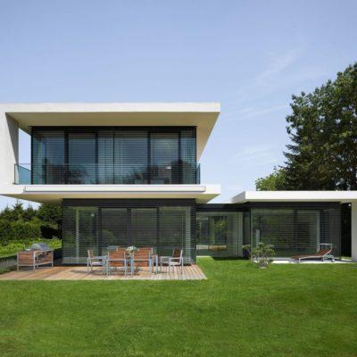 Modernes Gebäude mit Glasfront und Außenjalousien